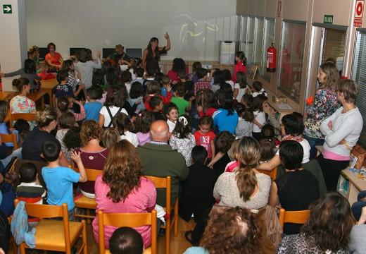 Apoio total dos nenos e nenas de Ordes no Día das bibliotecas