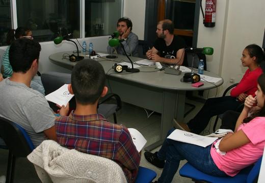Rubén Riós imparte un taller radiofónico en Ordes entre    os gañadores do concurso de cuñas ' O Galego na Onda'