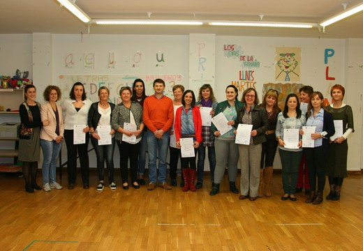 Regos entrega os diplomas ás alumnas do curso de Atención a Persoas Dependentes en Institucións Sociais