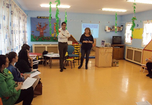 Pais e nais da gardería da Ulloa asisten a unha charla sobre seguridade infantil dentro e fóra do fogar, organizada polo Concello de Oroso
