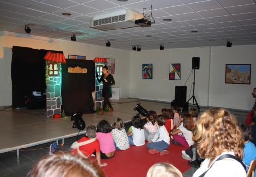 Os nenos e nenas de Oroso celebraron o Día da Biblioteca co espectáculo de Fanfarra Títeres