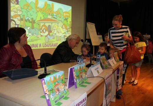 """Uns 150 veciños e veciñas de Lousame ateigaron a Casa da Cultura durante a presentación do libro """"Os Bolechas van a Lousame"""""""