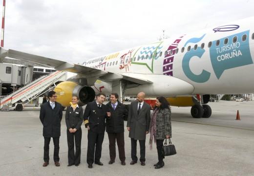 Presentación do avión vinilado de Vueling co logo do Concello e pictogramas de Turismo da Coruña