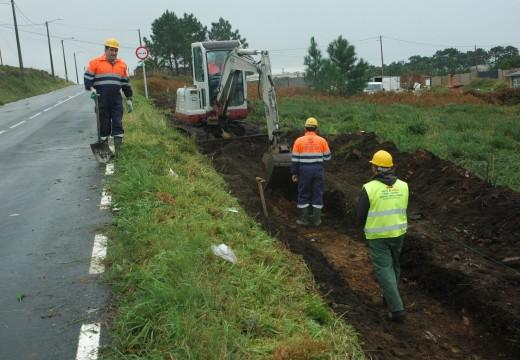 Comezan as obras para dotar de 530 metros de beirarrúas á estrada entre o núcleo de Aguiño e o lugar da Graña