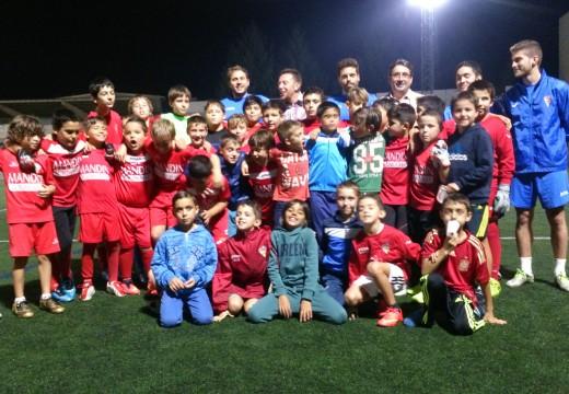 """Os nenos da Escola Deportiva Xuventude Oroso reciben a visita da estrela do fútbol sala Julio César Simonato Cordeiro """"Alemao"""""""