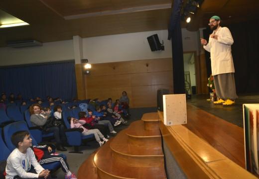 350 nenos acudiron ao auditorio para presenciar un espectáculo contacontos