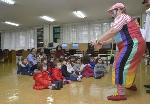 101 nenos da Escola Infantil Municipal de Riveira visitan a Biblioteca e o Lustres Rivas