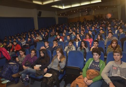 """Un Auditorio repleto de estudantes con motivo da proxección do documental """"O que hai que facer para non ir ao mar"""""""