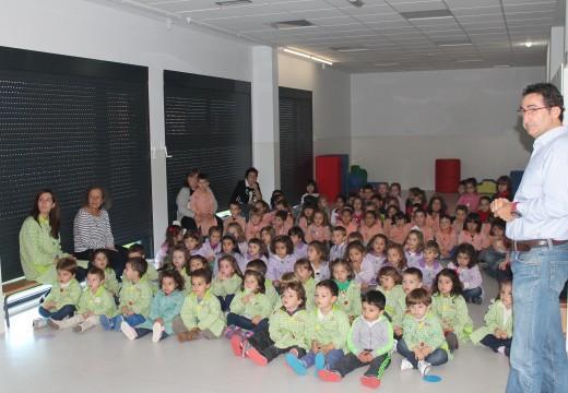 Uns 150 nenos e nenas do novo colexio de Oroso participaron nunha xornada informativa sobre a reciclaxe e recibiron un xogo de Troi
