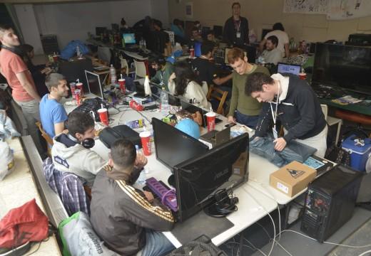 Un cento de afeccionados ás novas tecnoloxías participan na lan Party Uxianet