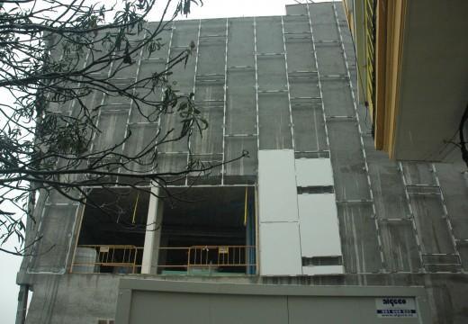 Comeza a instalación da característica fachada de vidro branco no novo Mercado Municipal de Riveira Colocouse unha pequena mostra nun lateral para corroborar o axeitado desta solución arquitectónica