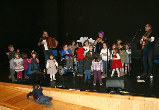 'A cantar con María Fumaça' transforma a casa da cultura de Ordes nunha gran festa infantil