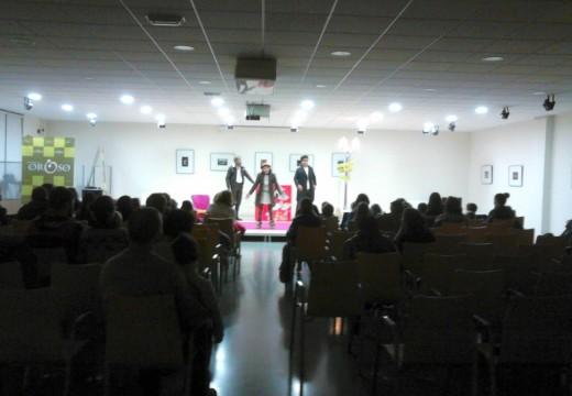 """A representación de """"O país dos mandóns"""" reúne a un cento de veciños e veciñas de Oroso contra a violencia de xénero"""
