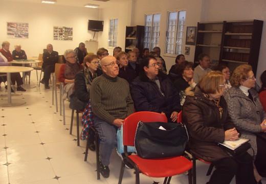 Unha trintena de maiores participaron nunha charla sobre como detectar e tratar a demencia