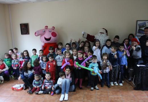 Medio centenar de nenos e nenas de Frades e unha trintena de pais e nais desfrutaron da Festa de Nadal con Papá Noel e Peppa Pig