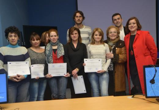 López Abella entrega en Ribeira os diplomas ás alumnas do curso de alfabetización dixital da 'Rede Emprende en Igualdade'