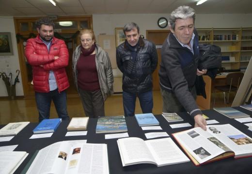 Unha exposición na Biblioteca de Riveira exhibe medio cento de obras e documentos vinculados a Carlos García Bayón
