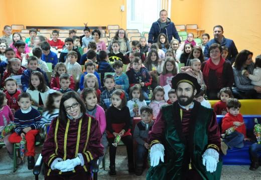 Os nenos e nenas de Infantil e Primaria do CPI Ponte Carreira entréganlle ao Paxes Reais as súas cartas para os Reis Magos