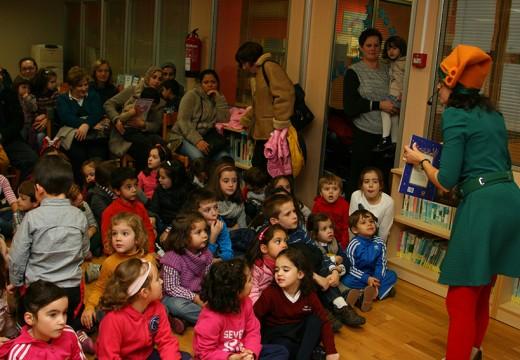 O relato 'O Nadal no bosque' xunta a decenas de nenos e nenas na biblioteca municipal de Ordes