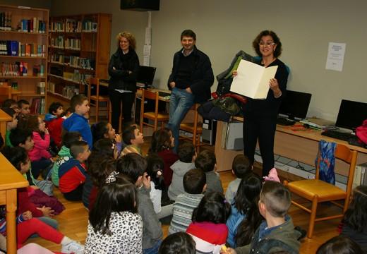 O alcalde de Ordes recibe aos nenos e nenas do colexio Campomaior na súa visita á biblioteca municipal