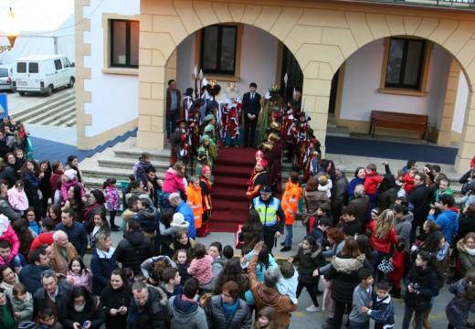 Arredor de 4.000 persoas dan a benvida a Melchor, Gaspar e Baltasar no Concello de Ordes