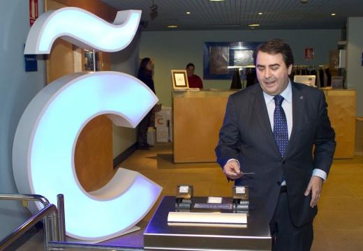 O alcalde presenta a nova tarxeta turística, que ofrece descontos na rede municipal de museos e á que se adherirán hoteis, comercios e o sector hostaleiro