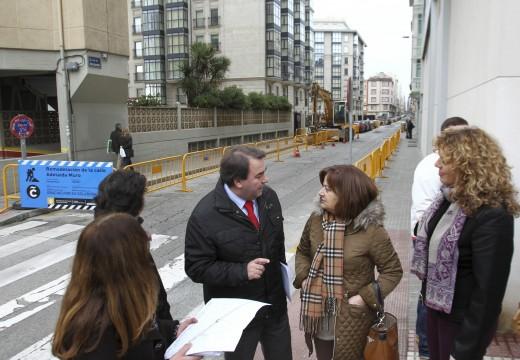 O alcalde visita as obras de remodelación da rúa Adelaida Muroque dan resposta a unha vella demanda veciñal