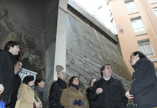 O alcalde visita as obras de instalación do ascensor que unirá Capitán Troncoso con Xeneral Alesón e mellorará a accesibilidad á Cidade Vella