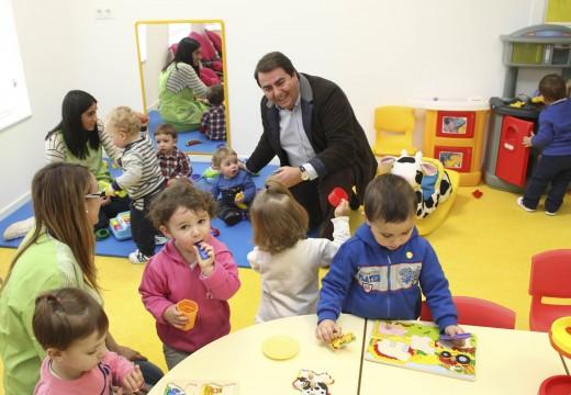 O alcalde destaca o incremento do 42% no número das prazas das Escolas Infantís Municipais