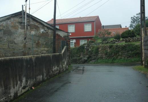 Adxudicada unha actuación para instalar saneamento e un pozo de bombeo no lugar de aldea Frións, na parroquia de Carreira