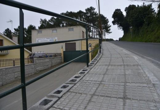 Unha beirarrúa con pasamán de 60 metros de longo mellora a seguridade viaria nun dos accesos ao Complexo da Fieiteira