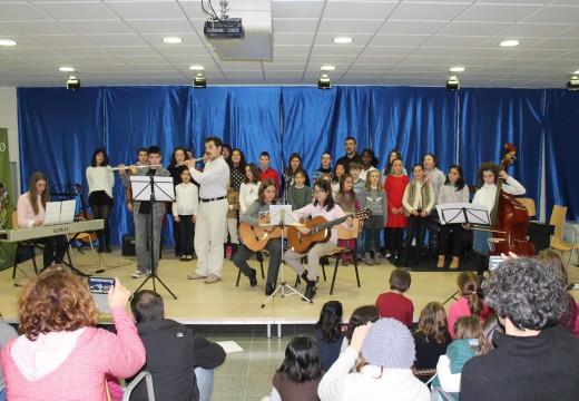 Máis de 200 veciños e veciñas aplaudiron aos rapaces e rapazas da Aula de Música de Oroso durante o Festival de Aninovo