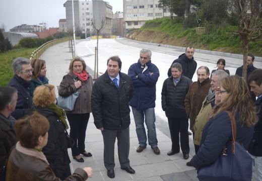 O alcalde e os veciños participan na apertura do tapón urbanístico de Antonio Ríos que permitirá conectar, logo de 30 anos, o barrio de O Castrillón
