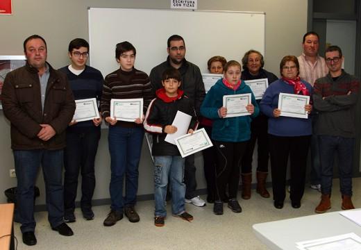 O concelleiro de Cultura entrega os diplomas dos cursos de Informática organizados polo Concello de Ordes