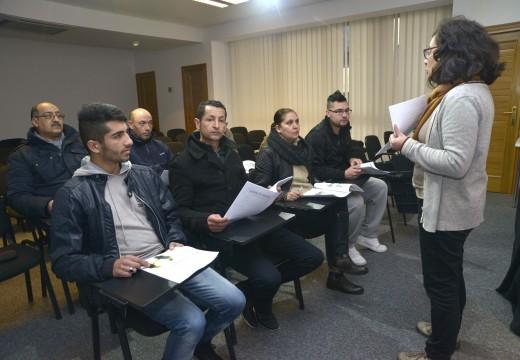 Doce persoas inmigrantes participan nun curso de iniciación á lingua galega no Centro Cultural Lustres Rivas de Riveira