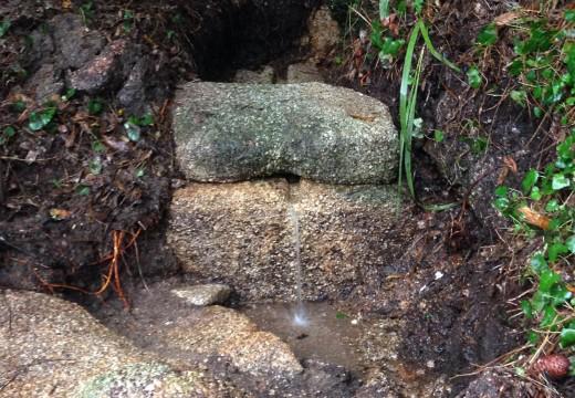 As obras da senda mariñeira entre Area Secada e a Meixida permiten descubrir unha fonte que permanecía oculta