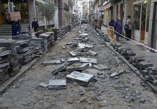 Comezaron as obras de mellora das vías peonís da cidade riveirense coa reposición dun tramo de carril central na rúa Galicia