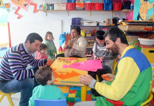 Os nenos e nenas da gardería municipal de Brión comezan a elaborar os seus disfraces de Entroido con materiais reciclables