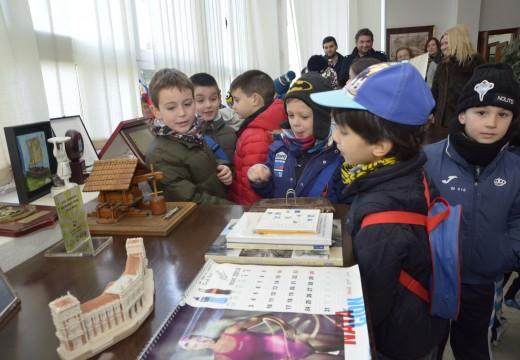 Un total de 25 nenos do Colexio Bayón visitan a Casa Consistorial de Riveira
