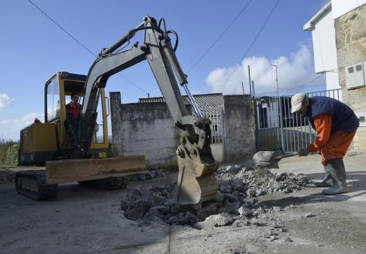 Comezan os traballos para dotar de saneamento e un pozo de bombeo ao lugar de aldea Frións, na parroquia de Carreira