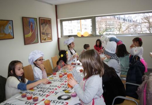Trinta nenos e nenas de Oroso participan en dous obradoiros gratuítos de cupcakes