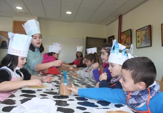 Dezaseis nenos e nenas participan nun obradoiro gratuíto de filloas en Oroso