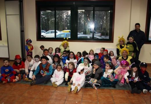 Os obradoiros de maquillaxe e máscaras de Frades reúnen a medio cento de cativos