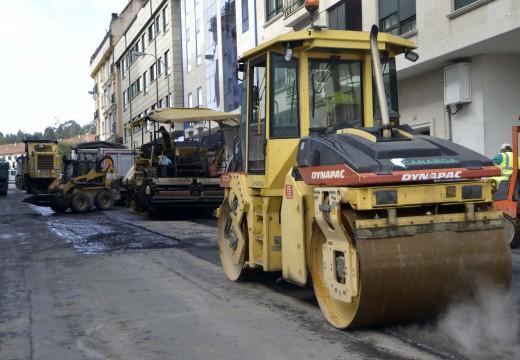 Comezo das obras de pavimentación da rúa Xosé Ramón Barreiro na cidade de Riveira