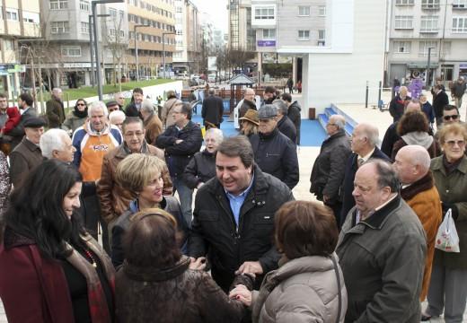 """O alcalde destaca que o proxecto de urbanización das Conchiñas, coa nova praza e o aparcamiento, dinamiza o barrio e crea un """"lugar de convivencia"""" para os veciños"""