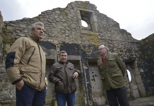 Alcalde e xefe da Demarcación de Costas en Galicia inspeccionan as obras no solar da antiga fábrica de Castiñeiras