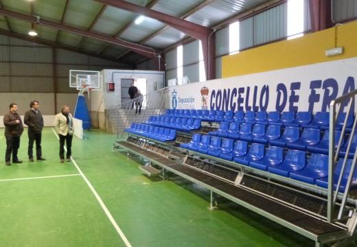 O Polideportivo de Pontecarreira, en Frades, xa dispón dunha bancada para máis de 60 persoas grazas á axuda da Deputación da Coruña