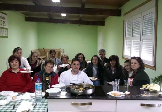 A veciñanza de Ardemil, a primeira en poñer o mandil para participar no curso 'Cociña nas parroquias'