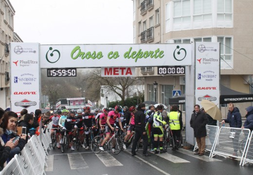 Gran éxito do Gran Premio Concello de Oroso, que reúne a un total de 96 ciclistas da categoría máster na súa primeira edición