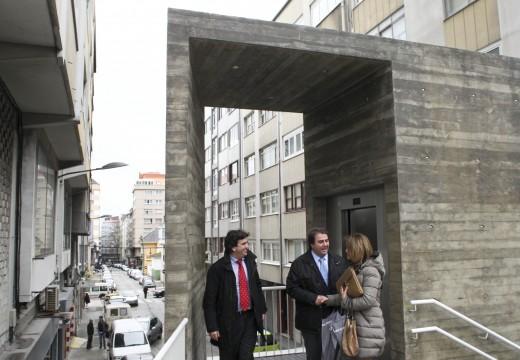 O alcalde asiste á posta en marcha do primeiro ascensor público instalado para mellorar a accesibilidade no barrio Dos mallos